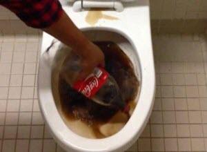 Coca cola το καλύτερο καθαριστικό για την λεκάνη