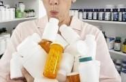 Μια γρια κυρία, μπαίνει σ' ένα φαρμακείο