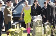 Στην κηδεία του φίλου του με κίτρινο φόρεμα